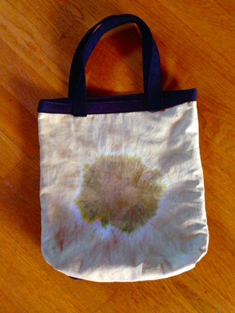 Det blev en väska av det växtfärgade tyget!