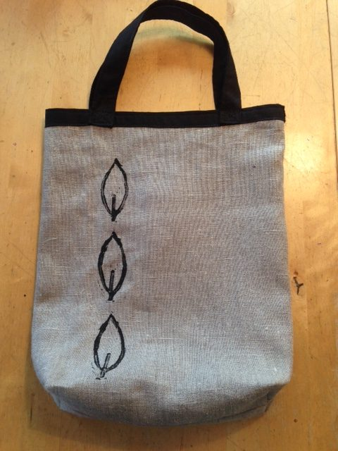 En väska jag sytt av kraftigt oblekt linnetyg, och tryckt linoleumtryck på. En svägerska ska få den i present.